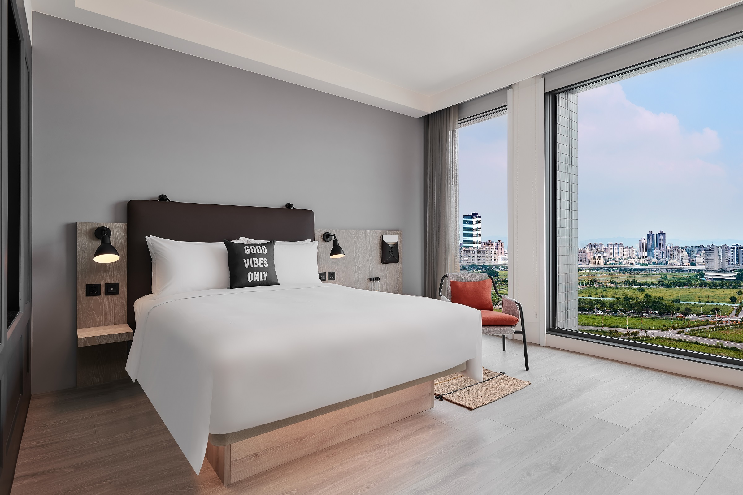 Deluxe Room-Queen-City View[3].jpg